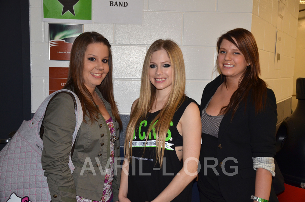 Only avril avril l 1 fansite for avril lavigne the first picture is me avril and my cousin ashley and the second is me and avril with the fanbook she was so happy m4hsunfo